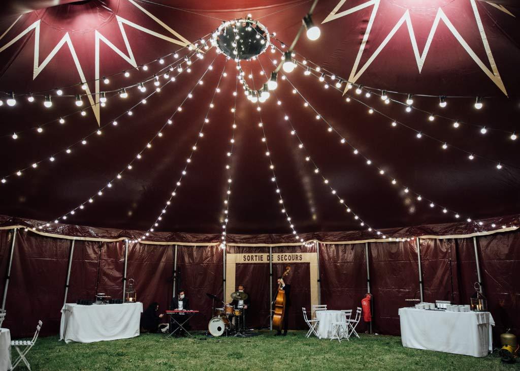 chapiteau de cirque 14m rond à l'intérieur avec un plafond de guirlandes guinguettes
