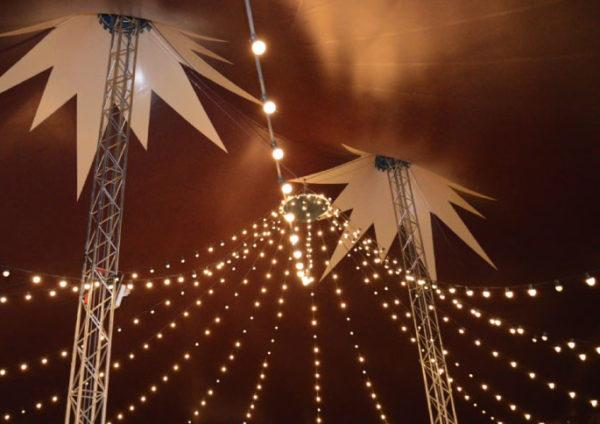 chapiteau de cirque ciel de guirlande