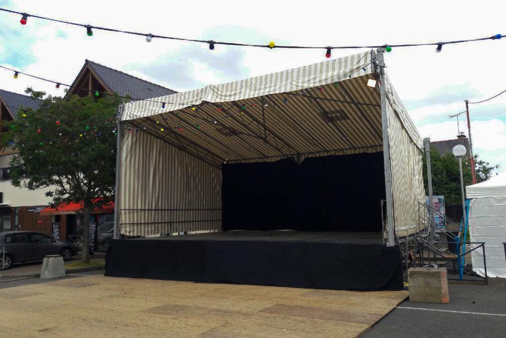 Scène couverte installé lors d'un festival en bretagne