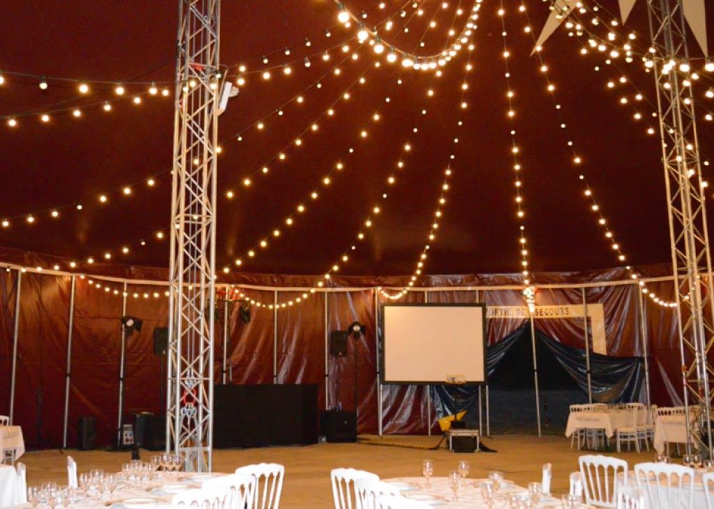 plafond lumineux de guirlandes guinguettes lumineuses dans un chapiteau de cirque